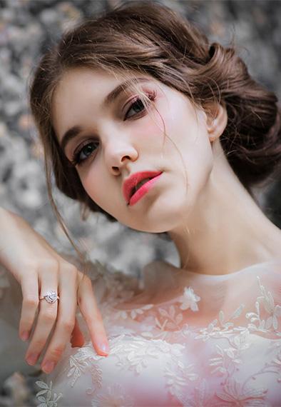 模特佩戴金伯利钻石钻戒《花朵2》