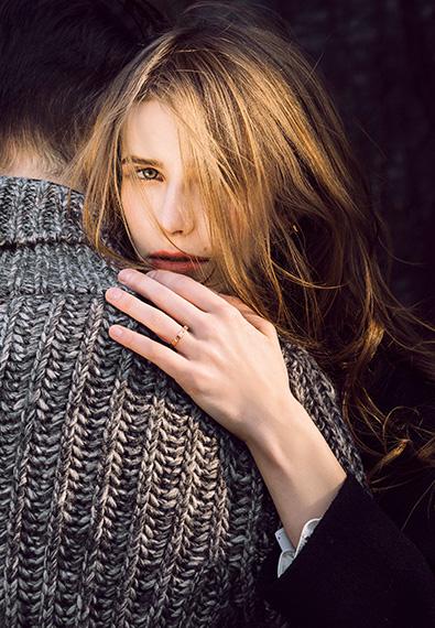 模特佩戴金伯利钻石戒指《爱·唯一》